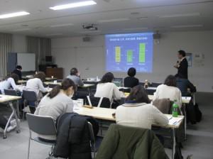 藤原先生が肺気量分画についてスライドを用いて説明している