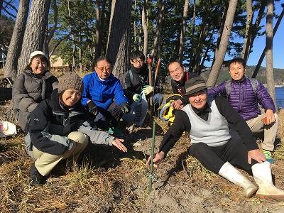 根浜ハマボウフウ研究会の佐々木虎男さん(前列右)と苗木を植えました