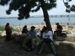 公園の木陰でお昼休憩。暑さもあって、結構みんな疲れてます!