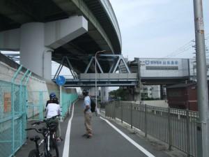 福の船溜まりの手前から西島川沿いに北上、神崎川沿いに「なにわ自転車道」が整備されています
