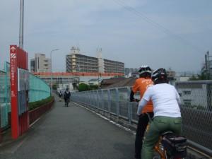左手の赤い看板にルートなどが示されています。東淀川まで続いています