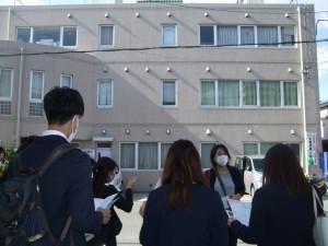 千北診療所前で、公害病についてと現在の呼吸ケア・リハビリの取り組みなどを紹介